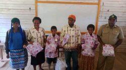 Kepala Kampung Pugatadi I Bantu Pakaian Batik untuk Murid SD YPPK Pugatadi I