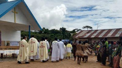Uskup Suharyo Berkati Gereja Epomani Keuskupan Timika