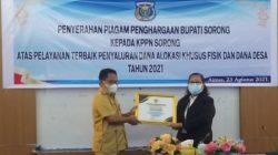 Bupati Johny Kamuru Serahkan Piagam kepada KPPN Sorong